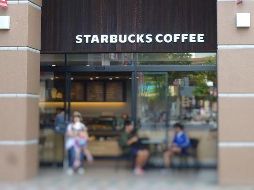 スターバックスでコーヒーを飲んでいる写真