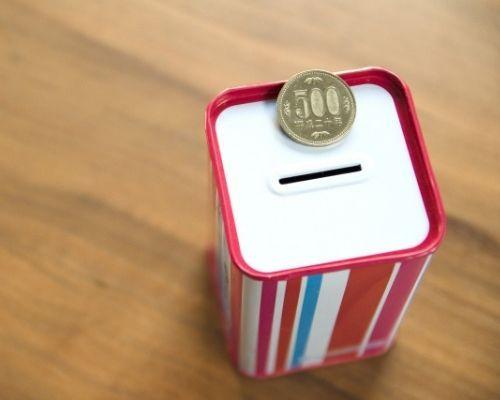 365日貯金用の貯金箱と500円玉の写真