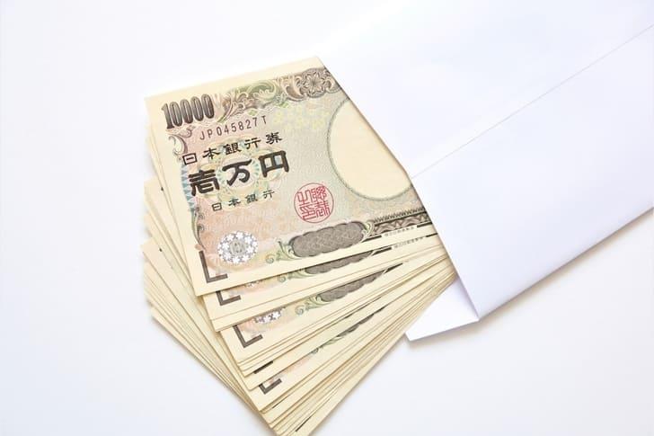 封筒に入ったへそくりのお金の写真