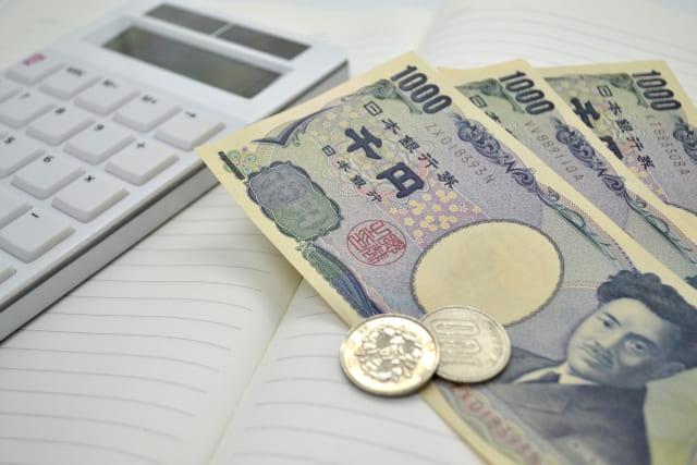 家計簿と千円札と100円玉