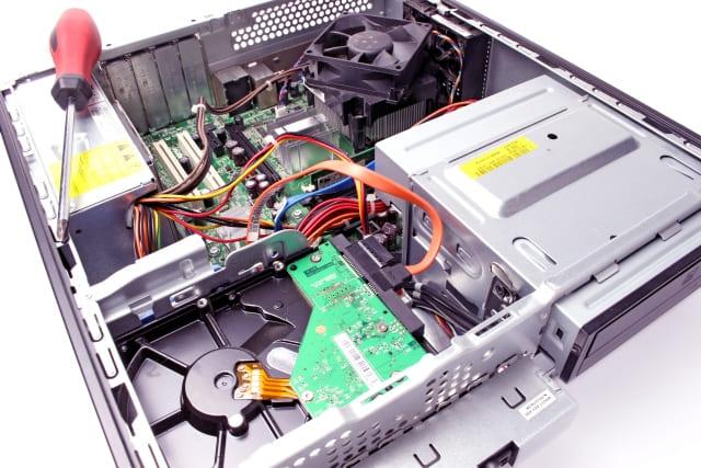 デスクトップパソコンを処分している写真